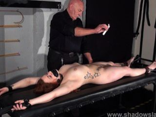 Esclavo esclavo aficionado en la esclavitud de la mazmorra y caliente castigos de cera tit