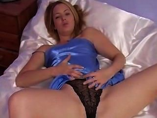 Rubia se divierte con camisón de satén azul sexy