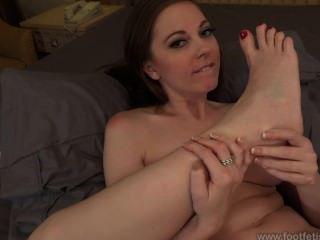 Scarlett faye chupando los pies
