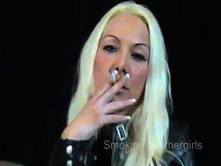 Fumando a muchachas en pantalones de cuero