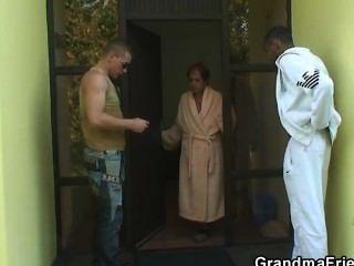 Dos tipos invitados para 3some con la perra vieja