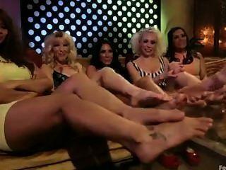 Parodia de los 70s de la orgía del pie lesbiana