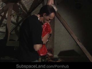 Super rubia sexy atado para el dolor y la mierda