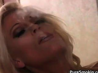 Rubia milf fumando y mostrando su coño