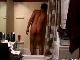 Caliente escena de twink algunos chicos cantan en la ducha, otros acarician el jism de