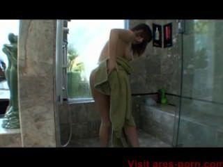 Jennifer tira de ducha caliente blanco y mamada