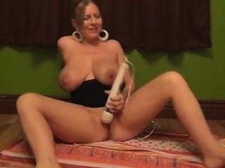Jugando con los juguetes, fumando y jugando el zumo del boob de titties enormes!