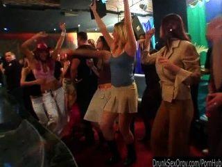 Emocionados chicas partido chupar pollas en la orgía del club