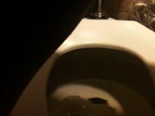 Orinando en el baño público 1