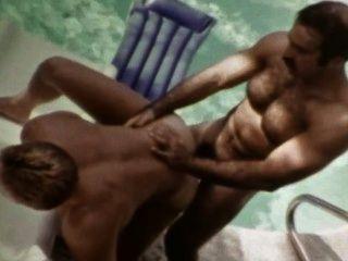Beefy vintage gay macho icono bruno folla josh kincaid al aire libre junto a la piscina