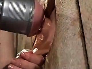 Handjob con la máquina del fleshlight para el varón acotado