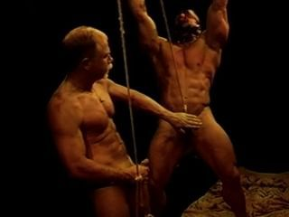 Tengo un bodybuilder enorme en la esclavitud mientras que bash sus bolas.