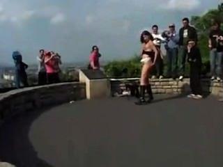 Orina, chica loca que lo hace en público