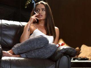 Sarah arnold cadena de fumar corchos fuertes con la perfección