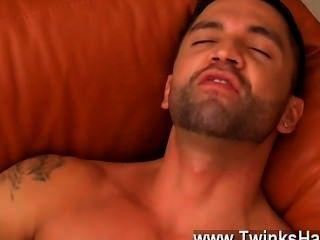 Sexy gay dominic trabaja sus fuckholes ansiosos con su lengua,