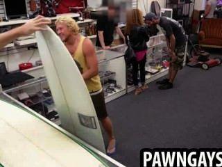 Surfer hunk trata de hacer un trato en la tienda de empeño