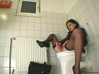 Chica se masturba en el baño