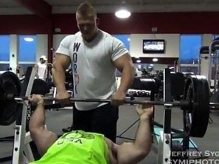 Offseason 250lbs bodybuilder entrenamiento y posando