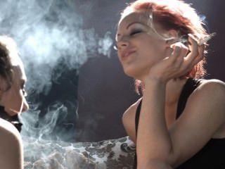 Loulou domina sub belle con su humo y la hace complacer a su amante