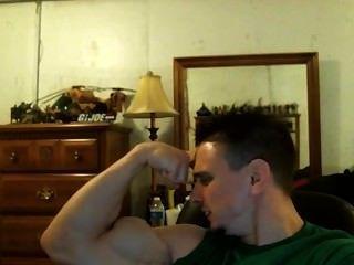 ¡El bodybuilder tony de d que dobla la presentación que muestra apagado su bíceps destacado asombroso!