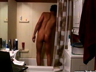 Increíble escena gay algunos compañeros cantan en la ducha, otros acarician el jizz