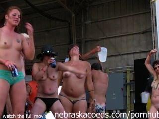 Pollitos magníficos del motorista que consiguen completamente desnudos en Iowa