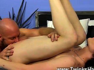 Gay xxx el joven empieza a jugar con su vara en sus cut offs y