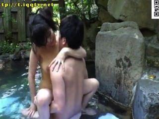 Baño de aguas termales al aire libre mezclado con tetas mrs.¡legión!De toallas expuestas