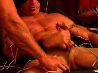 Electrostim cbt en mi musculoso musculoso y colgado brote con cum.