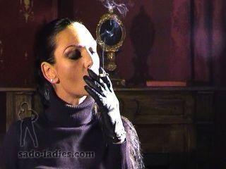 Cuero con guantes domme fumar