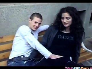 Adolescente deja 2 amigos jugar con su coño en público