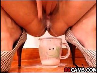 Latín llenando el vaso de leche cremosa # 1