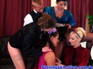 Cuatro amantes de pis glam y su mayordomo