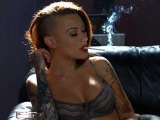 Becky fumando todo blanco 100s en lencería