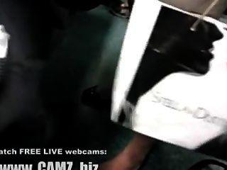 Piernas del músculo femenino en el autobús webcams