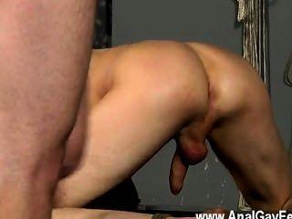 Increíble escena gay el hombre está atado con su derecho de hendidura cómoda