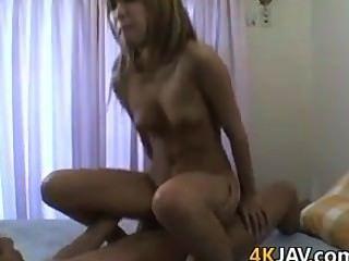 Chica japonesa linda con un coño peludo
