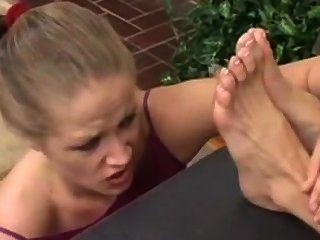 Chica adora a sus jefes pies sucios