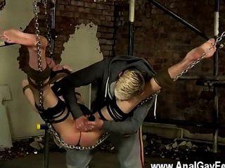 Sexo twink el dom suspendido tiene una necesidad de sacar el spunk de su propio