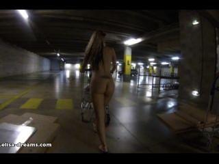 Intermitente desnudo en ikea estacionamiento