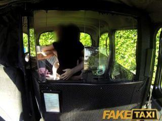 El polluelo negro atractivo de Faketaxi hace la cinta del sexo de la venganza con el conductor del taxi