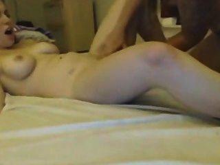 Dos lesbianas jóvenes disfrutan lamiendo coño en webcam webcams