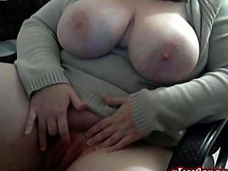 Curvy bbw enorme tit girl rubs coño en la webcam
