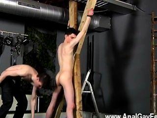 Caliente gay víctima sexual aaron recibe un azote, luego obtiene su fuckhole decentemente