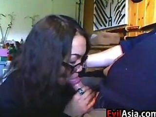 Nerdy chica asiática dando una mamada