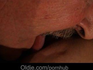 El viejo afortunado es follado picante por su criada joven que cuida
