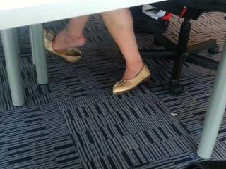 Candente asian teen shoeplay colgando los pies en la biblioteca