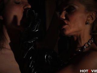 Palmada de mama de cuero y dedo follando su esclavo