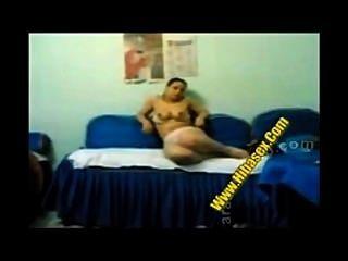 Egipcio follando en el sofá azul