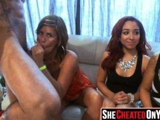 21 chicas de fiesta follando en el club con strippers 35